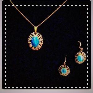 "NWOT Faux aquamarine 20"" gold tone chain"